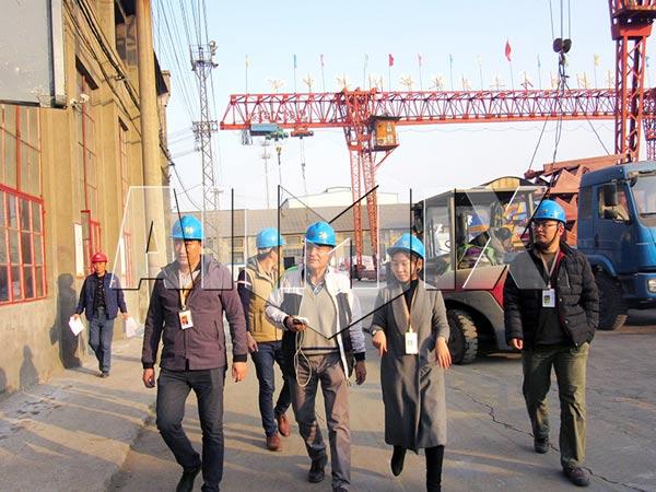 Клиенты и сотрудники посещают завод по производству